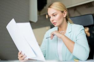 kobieta-czyta-dokumenty