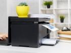 czarna-drukarka-na-biurku